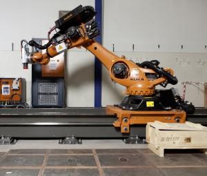 Der Knickarm-Roboter der Kuka Roboter GmbH aus Augsburg soll zum Schleifen und Fräsen von Turbinen eingesetzt werden. (Foto: Patrick Kälin)