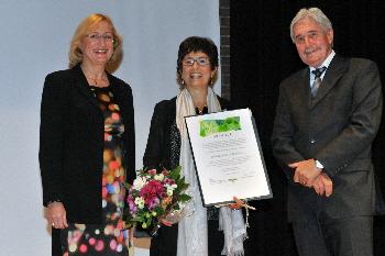 Patrizia Rossi mit der Laudatorin und Mitglied des Kuratoriums Eva Pongratz (links). Rechts: Andreas Adank, Stiftungsrat der Binding Stiftung und Mitglied des Kuratoriums des Binding-Preises.