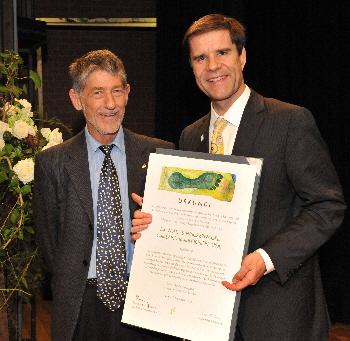 Der Träger des Grossen Binding-Preises 2012 Mathis Wackernagel mit der vom Grafiker Louis Jäger gestalteten Urkunde. Links Martin Boesch, Mitglied des Kuratoriums und Laudator.