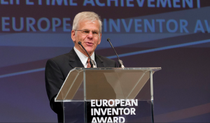 """Der Schweizer Martin Schadt, Erfinder von Flüssigkristallen wurde mit dem Europäischen Erfinderpreis in der Kategorie """"Lebenswerk"""" ausgezeichnet. Europäisches Patentamt"""