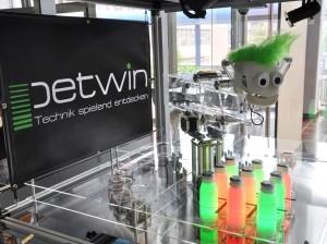 Studierende der Hochschule Luzern entwickelten im Rahmen des Wettbewerbs darwin21 den Roboter «Petwin», der mit leuchtenden PET-Flaschen TicTacToe spielt.
