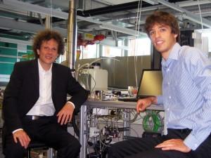 Sie säubern die Luft von CO2 und könnten unser Energieproblem lösen: die beiden ETH-Doktoranden Christoph Gebald (l.) und Jan Wurzbacher neben ihrem Laborprototyp. (Bild: ETH Zürich)