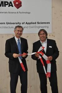 Das Band ist durchtrennt, die Einweihung vollzogen. Gian-Luca Bona, Direktor der Empa (links), und Heinz Müller, Direktor der BFH-AHB, haben den Leichtbauprüfstand der Forschung übergeben.