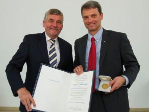 Prof. Andreas Hierlemann (rechts) anlässlich der Preisverleihung. (Bild: Jose Poblete / Dechema)
