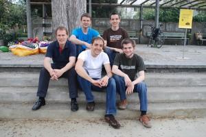 Von links nach rechts die Gründer von Memonic.com Reihe vorne: Dorian Selz (CEO), Christoph Hauzenberger, Patrice Neff Reihe hinten: Felix Hürlimann, Toni Birrer (Verwaltungsratsrat)