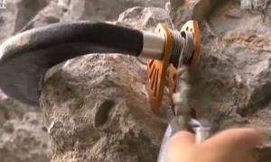 Nicht mehr auf Spalten angewiesen: Theiler setzt die Pi Cam am Fels ein. (Bild: Screenshot «Schweiz Aktuell»)