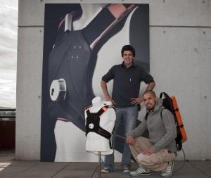 Im Kampf um Leben und Tod sind für Sanitäter oft Sekunden entscheidend. Hier leistet der Re-animationsautomat REAX von Lars Imhof (kniend) und Marc Binder einen wichtigen Beitrag.